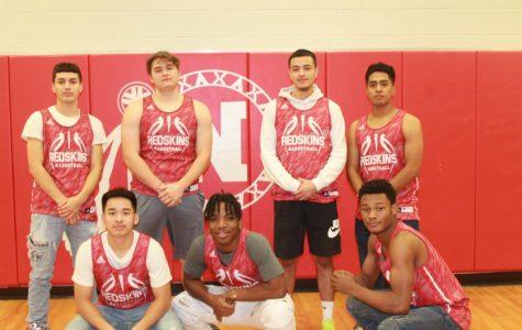 Varsity Basketball Boys looks up to the season !